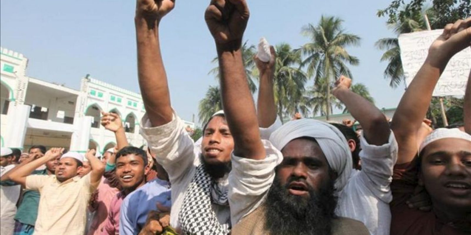 Protesta de activistas islamistas en Bangladesh hoy 24 de febrero de 2013. EFE