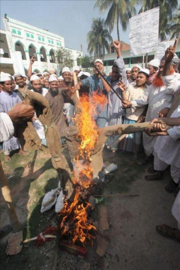 Estudiantes y manifestantes protestan en una manifestación hoy en Bangladesh. EFE