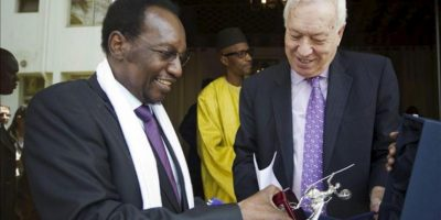 El ministro de Asuntos Exteriores, José Manuel García-Margallo (d), regala una presente al presidente de Malí, Dioncounda Traoré, tras la reunión que han mantenido hoy en Bamako. EFE