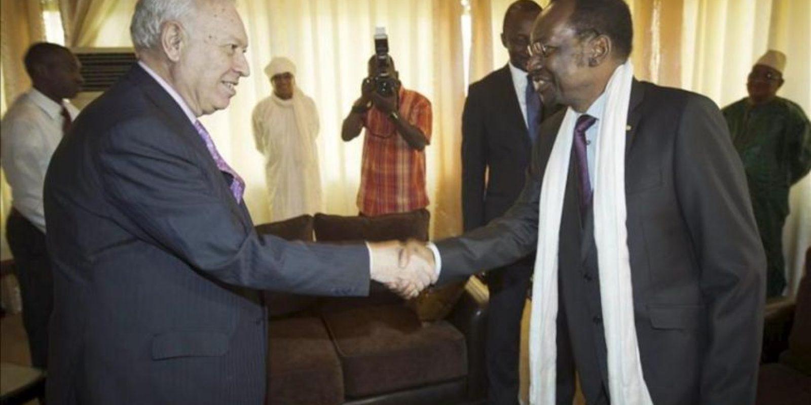 El ministro de Asuntos Exteriores, José Manuel García-Margallo (i), es recibido por el presidente de Malí, Dioncounda Traoré, al comienzo de la reunión que han mantenido hoy en Bamako. EFE