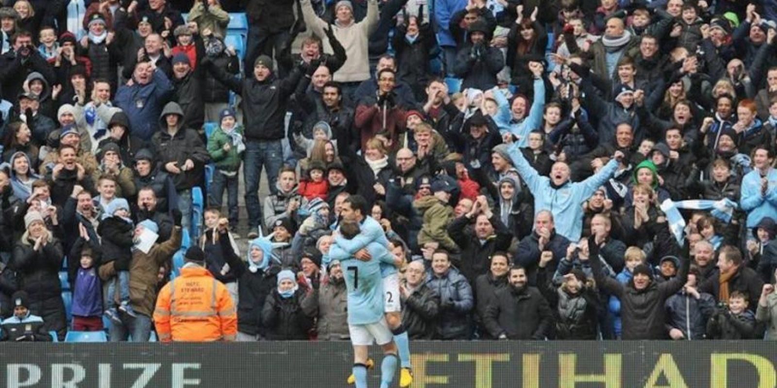 El delantero del Manchester City Carlos Tevez (c) es felicitado por sus compañeros tras marcar el 2-0 al chelsea en la recta final del partido de la Premier jugado en el Etihad Stadium, Manchester, Reino Unido. EFE