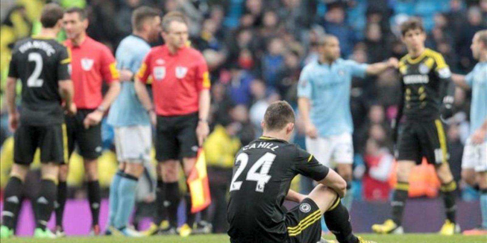 El central del Chelsea Gary Cahill (en el suelo) lamenta la derrota de su equipo por 2-0 ante el Manchester City en el partido de la Premier que se ha jugado en el Etihad Stadium, Manchester, Reino Unido. EFE