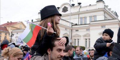"""Unas 150.000 personas salieron hoy a las calles en varias ciudades de Bulgaria para protestar contra las empresas eléctricas a las que acusan de """"monopolistas"""" y contra la clase política en general, marcada la corrupción. EFE"""