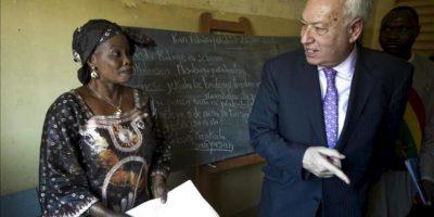 """El ministro de Asuntos Exteriores, José Manuel García-Margallo, asiste a una demostración de la alfabetización a mujeres, durante la visita que ha realizado hoy al proyecto """"Integración de mujeres"""", de la ONG española Fundación Cideal, financiado por la Agencia Española de Cooperación Internacional para el Desarrollo (AECID), hoy en Bamako. EFE"""