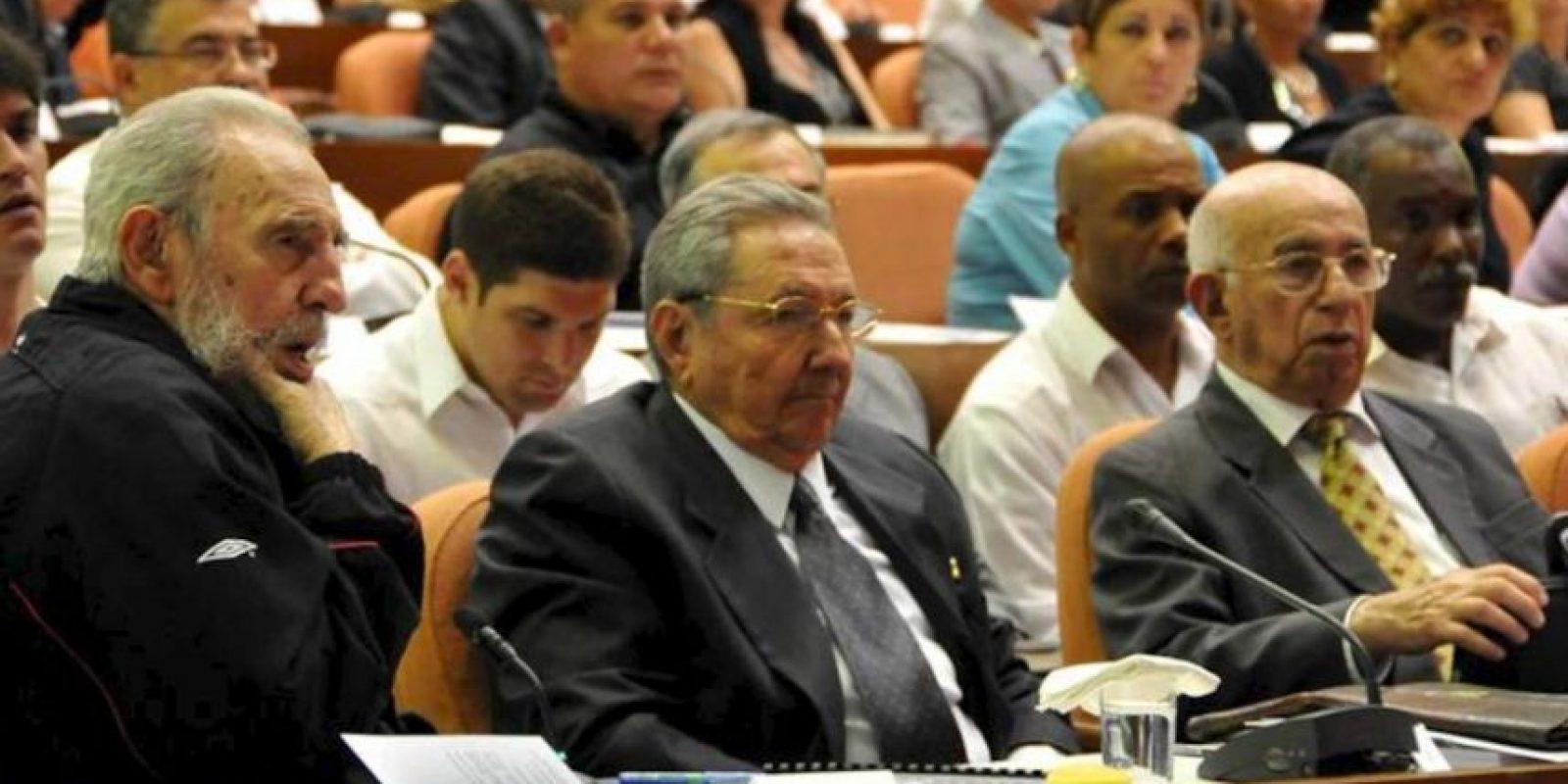 El líder de la Revolución cubana, Fidel Castro (i), y su hermano, el presidente de Cuba, Raúl Castro (c), presiden este domingo 24 de febrero de 2013, la sesión de la Asamblea Nacional de Cuba que abrirá su octava legislatura, en La Habana. EFE