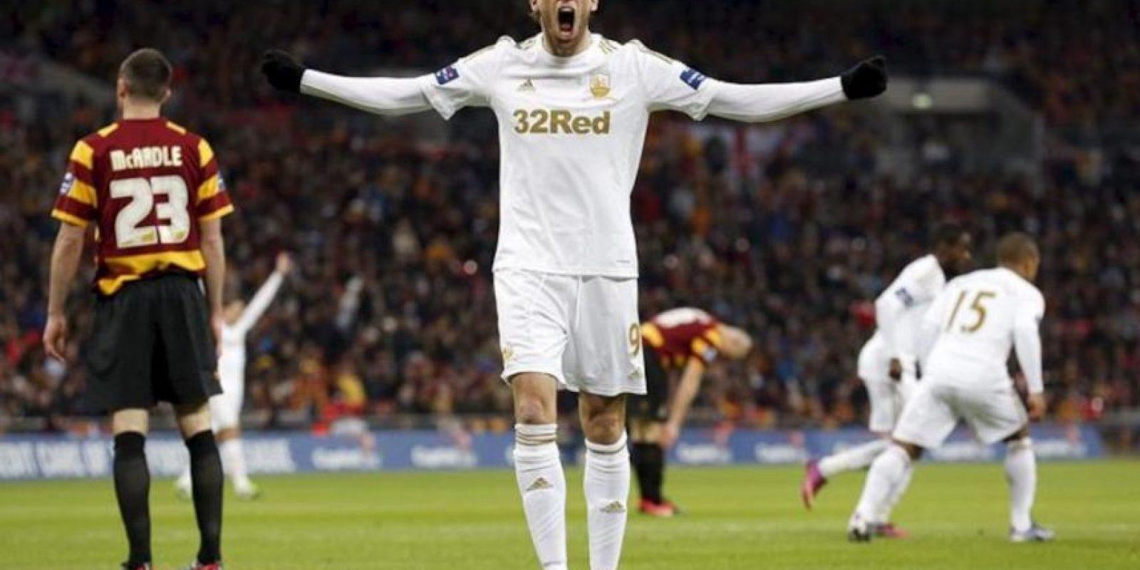 El jugador español Miguel Michu (c) celebra uno de los goles de su equipo, el Swansea, contra el Bradford City durante la final de la Copa de la Liga en Wembley de Londres, Reino Unido. EFE
