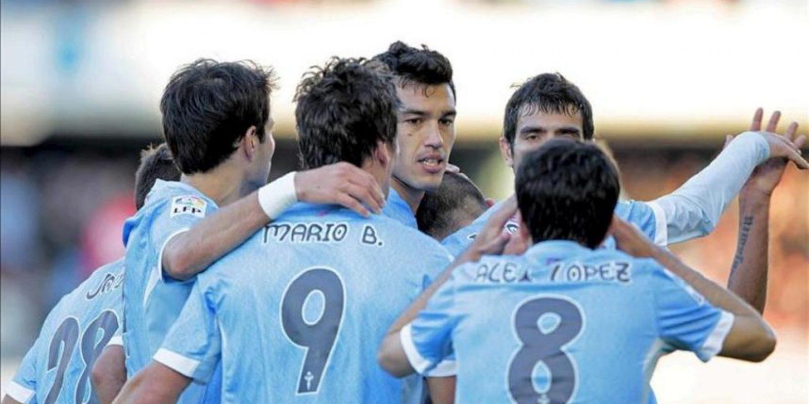 Los jugadores del Celta de Vigo celebran el gol marcado por su compañero, el delantero Mario Bermejo (c-primer término), ante el Granada, durante el partido de la vigésimo quinta jornada de Liga de Primera División disputado en el estadio de Balaidos. EFE