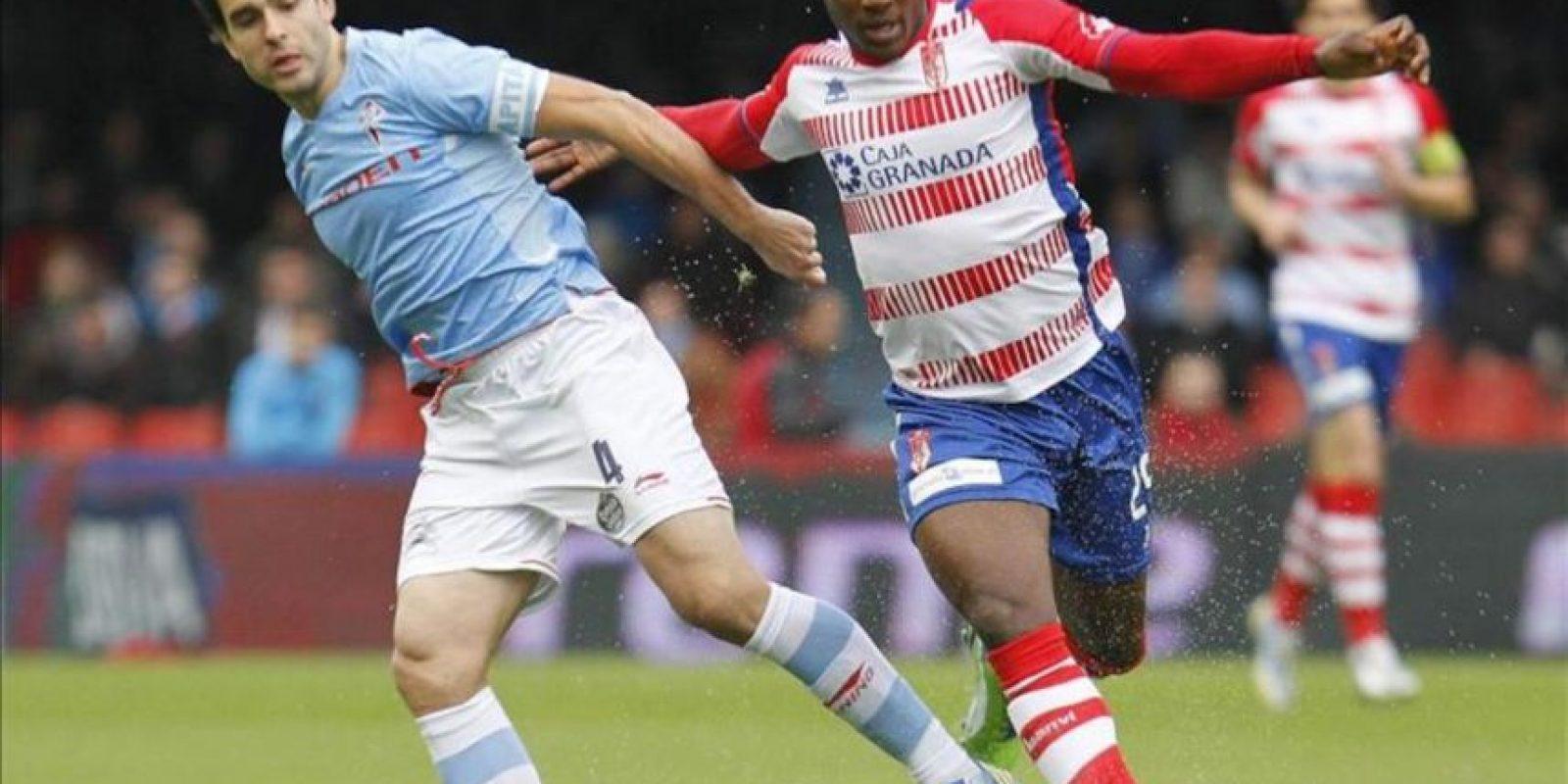 El centrocampista del Celta de Vigo Borja Oubiña (i) lucha un balón con el delantero nigeriano del Granada Odion Ighalo, durante el partido de la vigésimo quinta jornada de Liga de Primera División disputado en el estadio de Balaidos. EFE