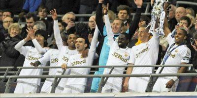 El capitán del Swansea Ashley Williams (d) levanta la copa que acredita al equipo galés campeón de la copa de la Liga a costa del Bradford en Wembley en Londres, Reino Unido. EFE