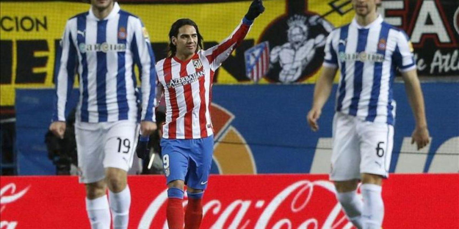 El delantero colombiano del Atlético de Madrid Radamel Falcao (c) celebra el gol que ha marcado al RCD Espanyol, durante el partido de la vigésimo quinta jornada de Liga de Primera División disputado en el estadio Vicente Calderón. EFE