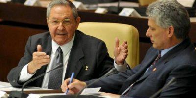 El presidente de Cuba, Raúl Castro (i), y el nuevo primer vicepresidente de la isla, Miguel Díaz-Canel (d), asisten a la Asamblea Nacional de Cuba, en La Habana (Cuba). EFE