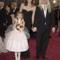 El chileno Claudio Miranda llega acompañado de su esposa Kelli Bean Miranda y su hija Sofia, a la alfombra roja de la 85 edición de los Óscar en el Teatro Dolby en Hollywood, California. EFE