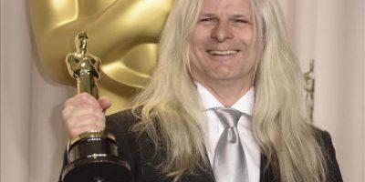 El chileno Claudio Miranda posa con el premio Óscar a mejor dirección de fotografía. EFE