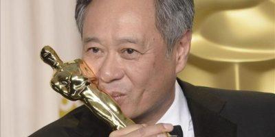 """El cineasta taiwanés Ang Lee besa la estatuilla de mejor dirección por """"Life of Pi"""". EFE"""