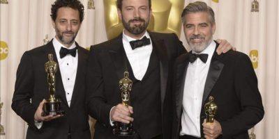 """Grant Heslov (i), Ben Affleck (c) y George Clooney(d) celebran el premio Óscar a la mejor película por """"Argo, en la 85 edición de los premios de la Academia de Hollywood. EFE"""