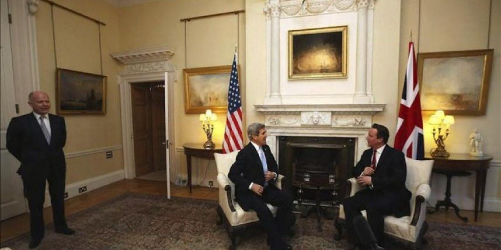 """El primer ministro británico, David Cameron (dcha), mantiene una reunión con el secretario de Estado de EE. UU., John Kerry (c), en """"Downing Street"""", hoy, lunes 25 de febrero de 2013 en Londres. EFE/archivo"""