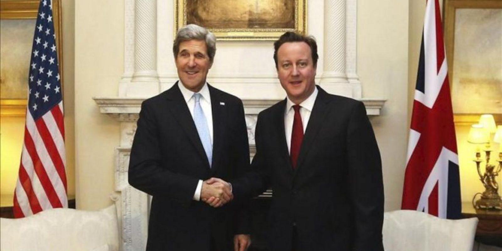 """El primer ministro británico, David Cameron (dcha), estrecha la mano al secretario de Estado de EE. UU., John Kerry, durante un encuentro mantenido en """"Downing Street"""", hoy, lunes 25 de febrero de 2013 en Londres. EFE"""