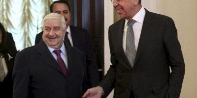 El ministro de Exteriores ruso, Serguéi Lavrov (dcha), da la bienvenida a su homólogo sirio, Walid al Mualem (izq), durante un encuentro mantenido en Moscú hoy, lunes 25 de febrero de 2013. Al Mualem visitó Moscú para hablar sobre posibles vías de diálogo con la oposición de su país. EFE