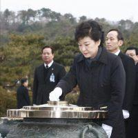 La conservadora Park Geun-hye juró hoy su cargo como presidenta de Corea del Sur para los próximos cinco años en una multitudinaria ceremonia celebrada en el exterior de la Asamblea Nacional (Parlamento) de Seúl. EFE