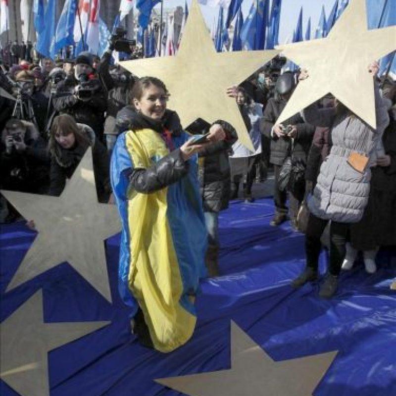 Miles de opositores ucranianos marchan por el centro de la capital ucraniana en protesta contra las represiones políticas y para exigir la libertad de la ex primera ministra Yulia Timoschenko hoy, lunes 25 de febrero de 2013. EFE