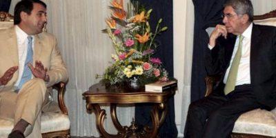 El presidente paraguayo, Federico Franco (i), recibe al expresidente de Costa Rica Oscar Arias (d) hoy, lunes 25 de febrero de 2013, en la casa presidencial, en Asunción. Arias se encuentra en el país para preparar el despliegue de la misión de la Organización de Estados Americanos (OEA) en las elecciones generales del próximo 21 de abril. EFE