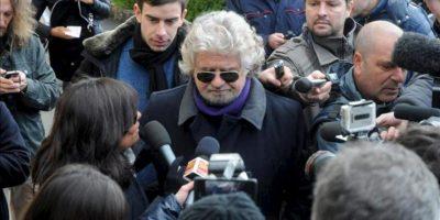 El líder del Movimiento 5 Estrellas, Beppe Grillo (c), atiende a la prensa a su llegada a un colegio electoral en Génova (Italia) hoy, lunes 25 de febrero de 2013. Grillo acudió a las urnas esta mañana y fue así el último de los candidatos en ejercer su derecho al voto en las elecciones generales italianas, que hoy entraron en su segunda y última jornada. EFE