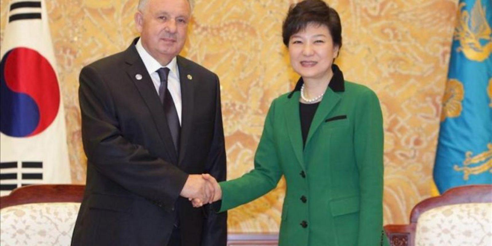La presidenta surcoreana, Park Geun-hye (d), se reúne hoy con el ministro ruso para el desarrollo de Oriente, Victor Ivanovich Ishaev (i), en Seúl. La conservadora Park Geun-hye juró hoy su cargo como presidenta de Corea del Sur para los próximos cinco años en una multitudinaria ceremonia celebrada en el exterior de la Asamblea Nacional (Parlamento) de Seúl. EFE