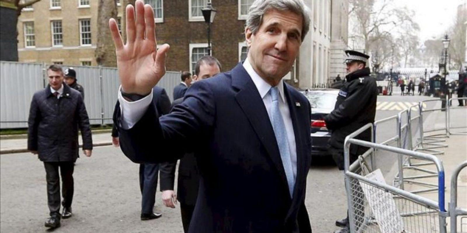 El secretario de Estado de EEUU, John Kerry (c), saluda hoy a su salida del número 10 de Downing Street tras una reunión mantenida con su homólogo británico, William Hague (no aparece), en Londres. EFE