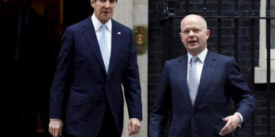El ministro de Exteriores británico, William Hague (d), conversa con el secretario de Estado de EEUU, John Kerry (i), a las puertas del número 10 de Downing Street tras una reunión mantenida hoy por ambos responsables. EFE