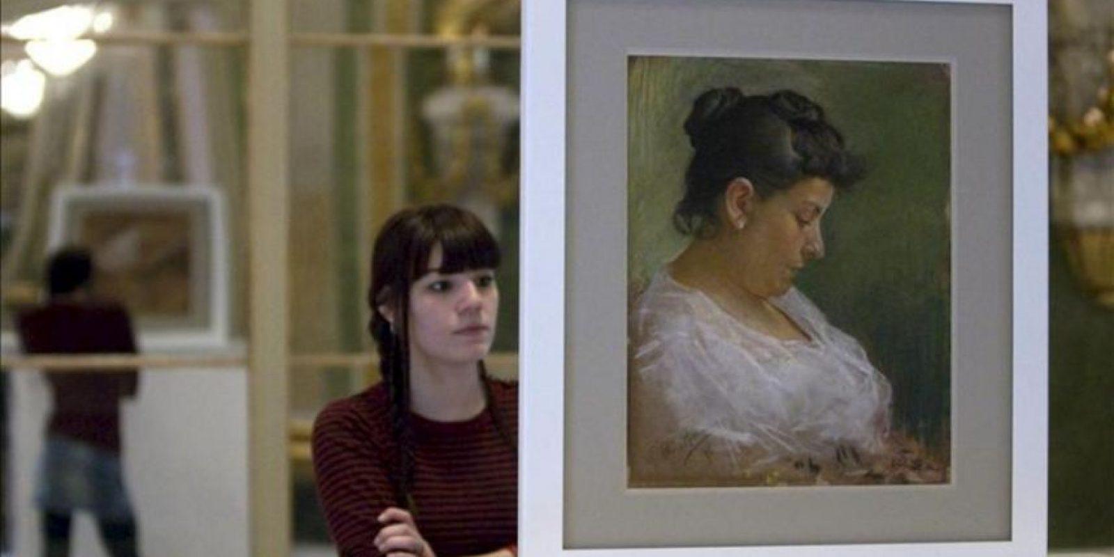 """Una mujer observa hoy el dibujo de grandes dimensiones que podría ser obra del pintor malagueño, aparecido durante un proceso de restauración en el reverso del cuadro """"Retrato de la madre del artista"""" (1896), de Pablo Picasso, una de las obras más emblemáticas del museo barcelonés del artista y de su etapa de juventud. EFE"""