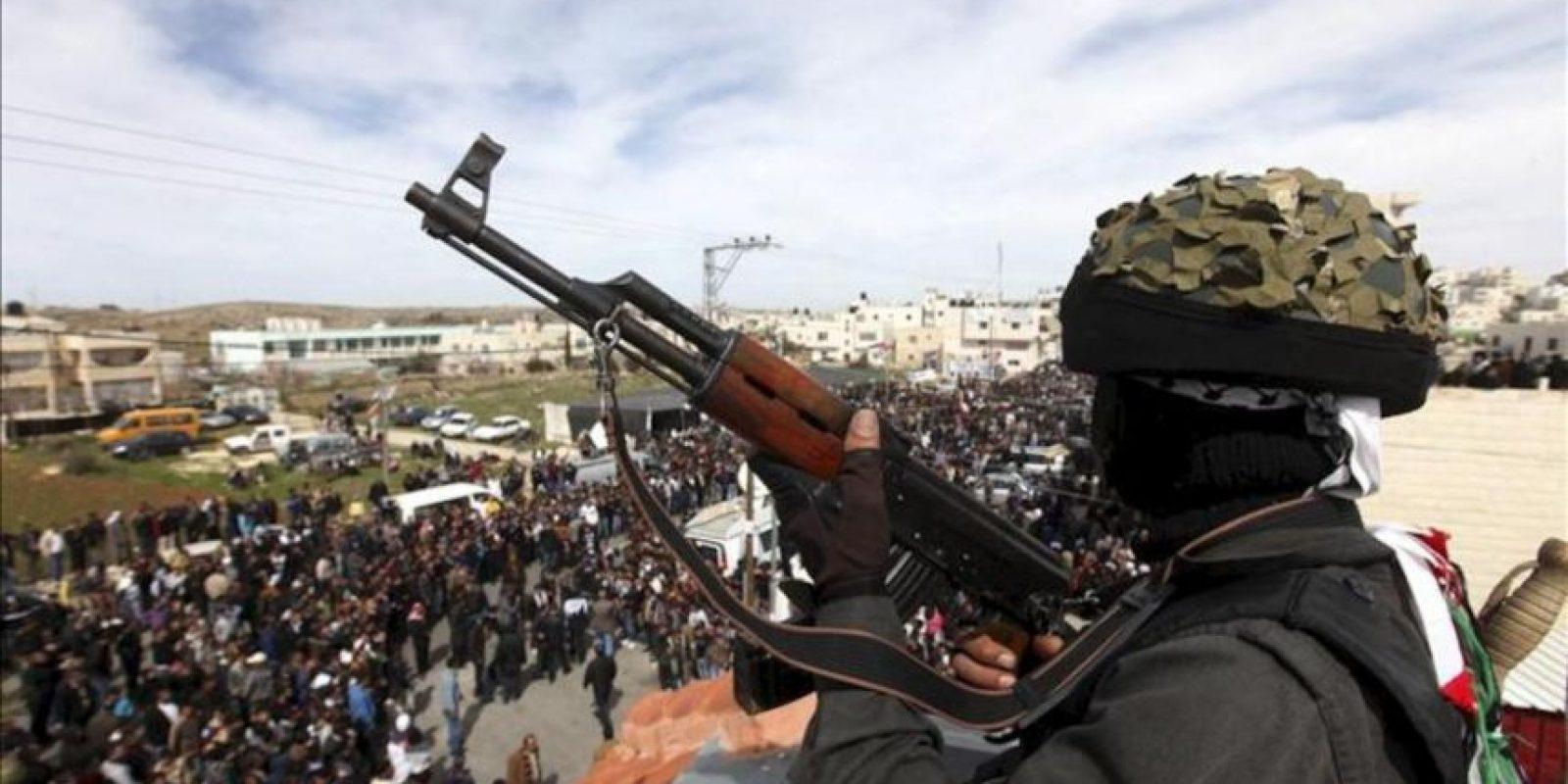 Miembros de las brigadas de Al-Aqsa asisten al funeral de Arafat Yaradat celebrado en Sair, cerca de Hebrón, Cisjordania. EFE
