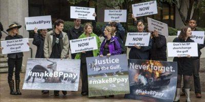 Varios manifestantes gritan eslóganes antes del inicio al juicio civil contra la compañía British Petroleum (BP) por la mayor catástrofe ecológica en la historia de EEUU que derivó de la explosión de la plataforma petrolera Deepwater Horizon en el Golfo de México. EFE