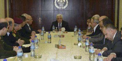 Imagen cedida por la oficina de prensa de la Autoridad Nacional Palestina (ANP) que muestra al presidente de Palestina, Mahmud Abás (c), en una reunión con los jefes de seguridad de la ANP en la sede de la ciudad cisjordana de Ramalá hoy, lunes 25 de febrero de 2013. EFE