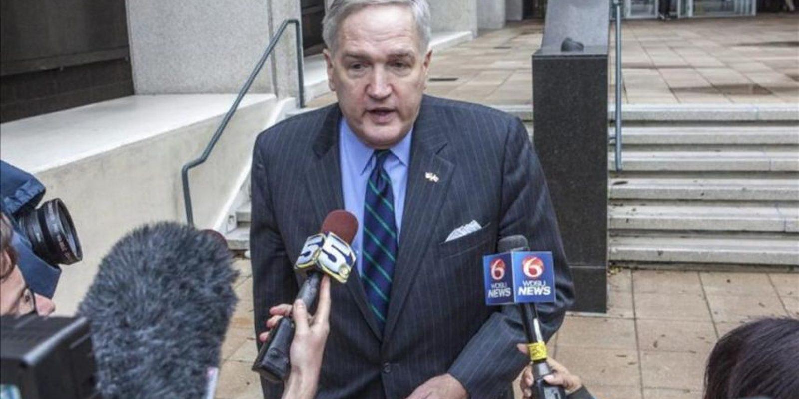 El Fiscal general del estado de Alabama, Luther Strange, habla con la prensa al salir de la Corte Federal del Distrito durante el juicio que se le sigue a la BP en el vertido masivo en el Golfo de México en 2010 tras la explosión de una plataforma petrolera, en Nueva Orleans, Luisiana (EEUU). EFE