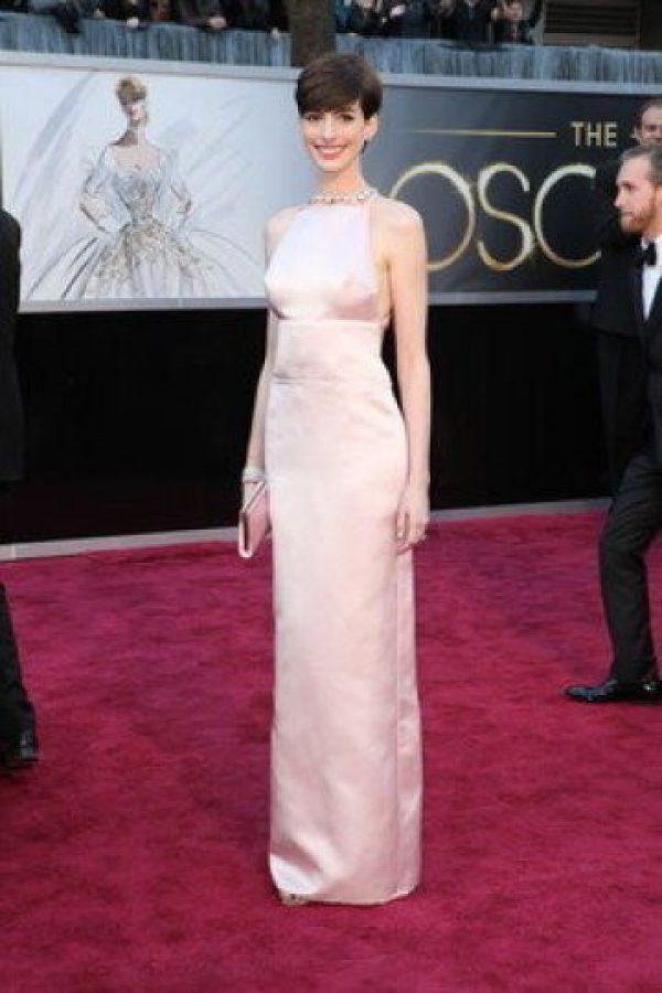 Anne Hathaway, con un vestido pálido, y con la misma fórmula de los Golden Globes en los premios Óscar.