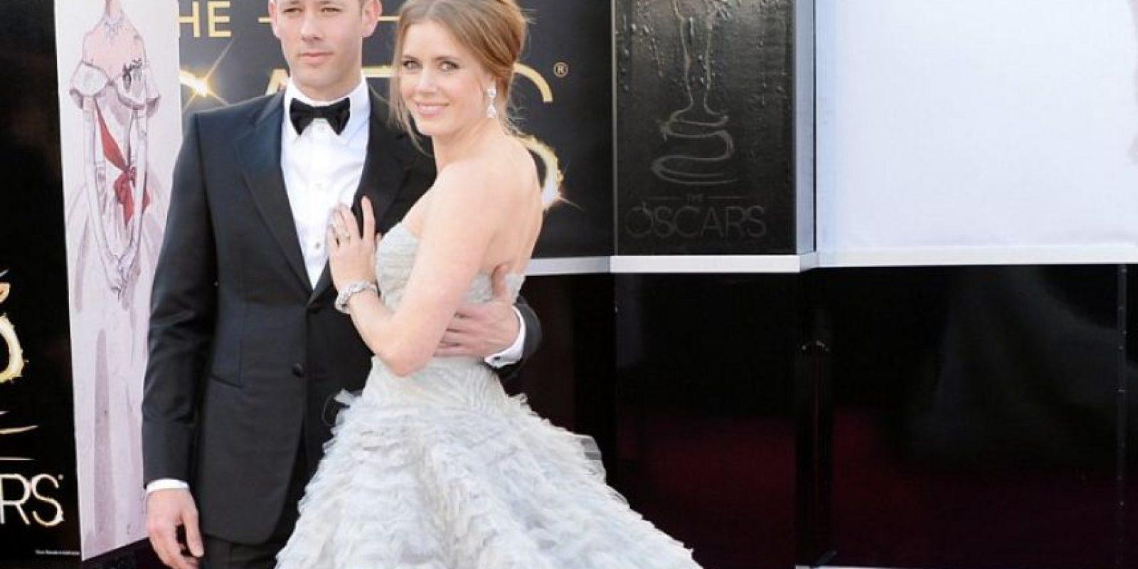 Amy Adams, impecable con su aparatoso Óscar de la Renta. El peinado luce un poco desaliñado Foto:Getty Images