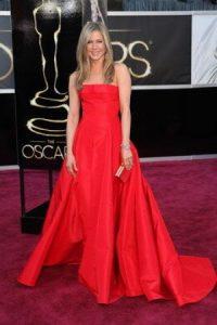 """Jennifer Aniston lucía bien el rojo Valentino. Lástima el peinado, el mismo """"Rachel"""" de siempre. Foto:E!"""