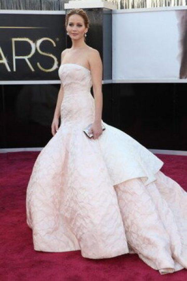 Este es el Dior que Jennifer Lawrence usó para la Ceremonia. Imponente, y un poco esponjado, pero la hace ver impactante. Foto:Getty Images