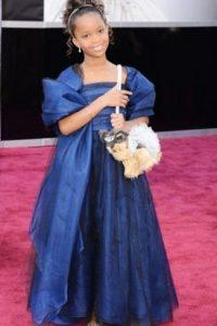 Qwenzane Wallis, con un vestido muy serio para una niña de su edad. Se rescata su accesorio/perrito Foto:Getty Images