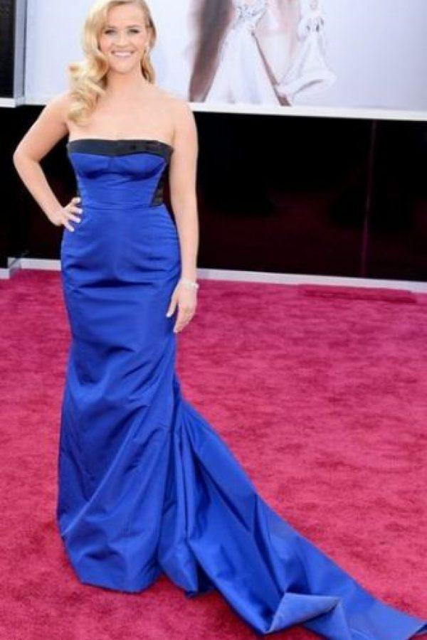 Reese Whiterspoon, peinado vintage y sobriedad nada arriesgada de negro y azul. Foto:Getty Images