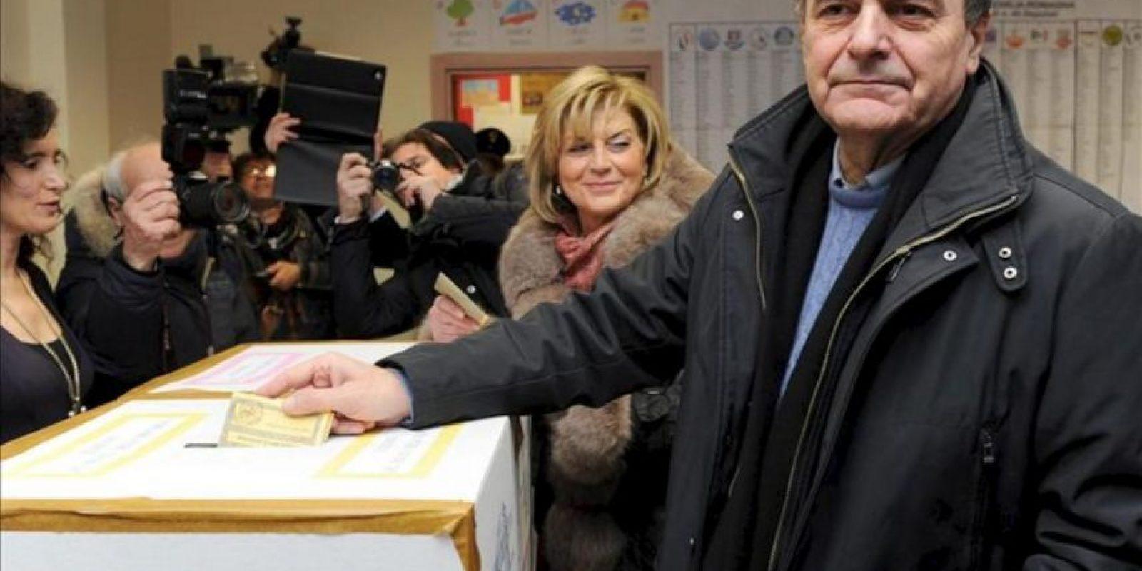 El secretario del Partido Democrático, Pier Luigi Bersani, introduce su voto en una urna. EFE