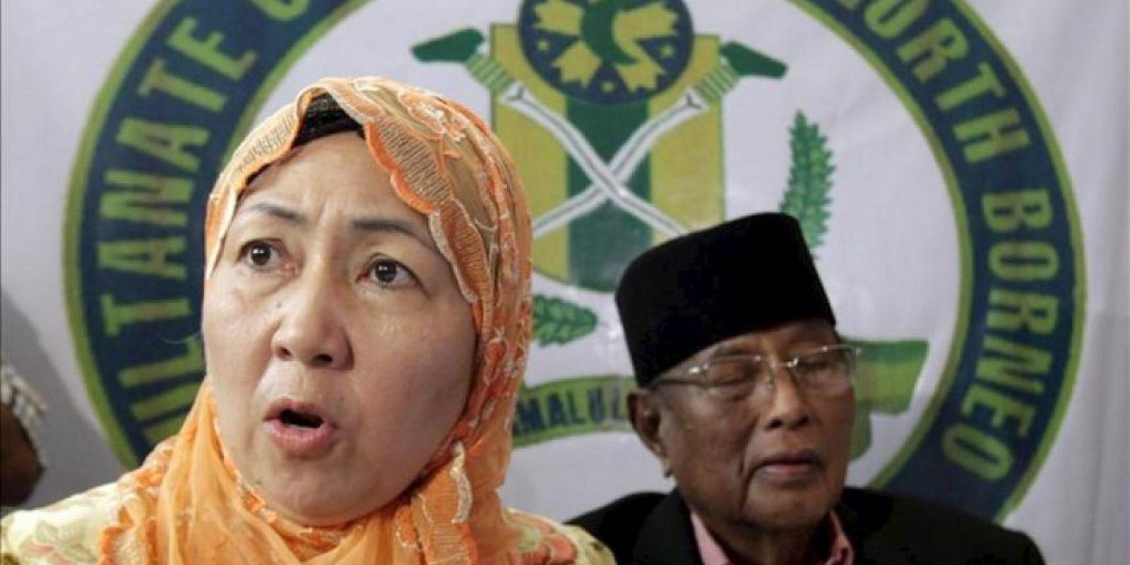 El sultán de Joló, Jamalul Kiram III, y su mujer, la reina Krishna (izq), declaran ante los medios que no abandonarán Sabah a pesar de las advetencias del presidente filipino, Benigno Aquino. EFE
