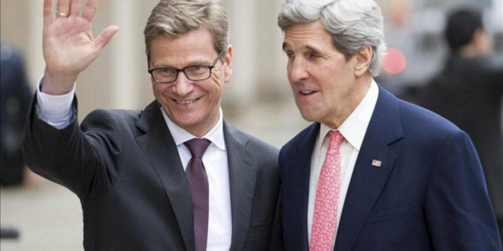 El ministro alemán de Asuntos Exteriores, Guido Westerwelle (i), y el secretario de estado estadounidense, John Kerry (dcha), posan para los medios, hoy en Berlín (Alemania). EFE