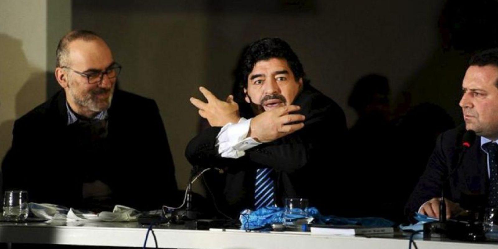 El exfutbolista argentino Diego Armando Maradona (c) ofrece hoy una rueda de prensa en Nápoles, Italia. EFE