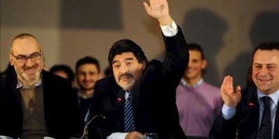 El exfutbolista argentino Diego Armando Maradona (centro), durante la rueda de prensa celebrada hoy en Nápoles. EFE