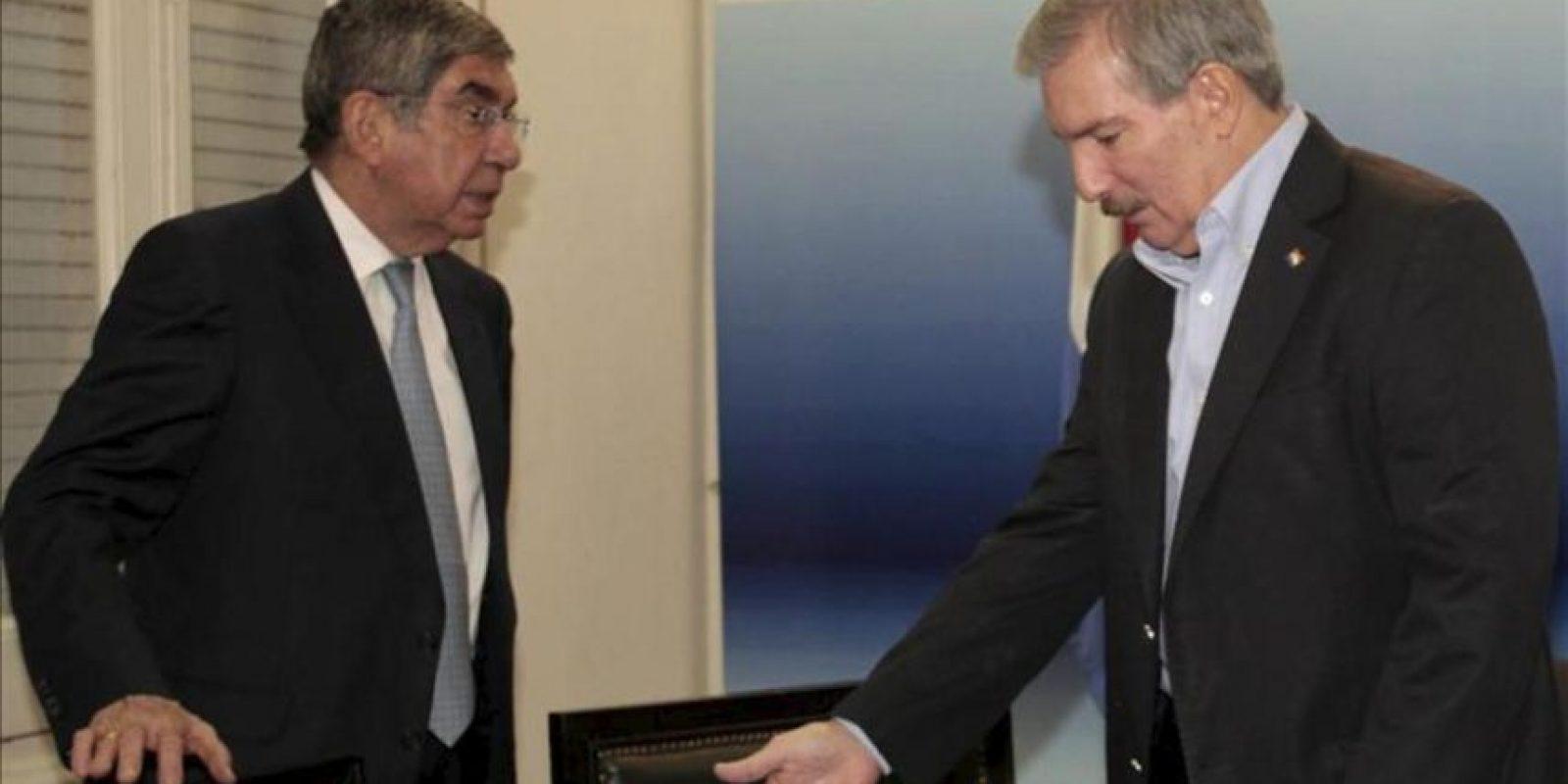 El expresidente de Costa Rica Oscar Arias (i) se reúne con el candidato presidencial paraguayo del Partido Patria Querida, Miguel Carrizosa (d), este 26 de febrero, en la sede de la colectividad, en Asunción. EFE