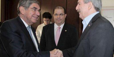 El expresidente de Costa Rica Oscar Arias (i) se reúne con el candidato presidencial paraguayo del Partido Patria Querida, Miguel Carrizosa (d), este 26 de febrero de 2013, en la sede de la colectividad, en Asunción. EFE