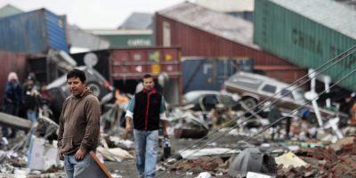 Pobladores de la ciudad de Talcahuano, cercana a la ciudad de Concepción (Chile), caminaban por el puerto destruido por el maremoto tras el terremoto de 8,8 grados en la escala de Richter sacudió en la madrugada del sábado 27 de febrero de 2010 el centro y sur del país. Foto:Archivo EFE/Leo La Valle