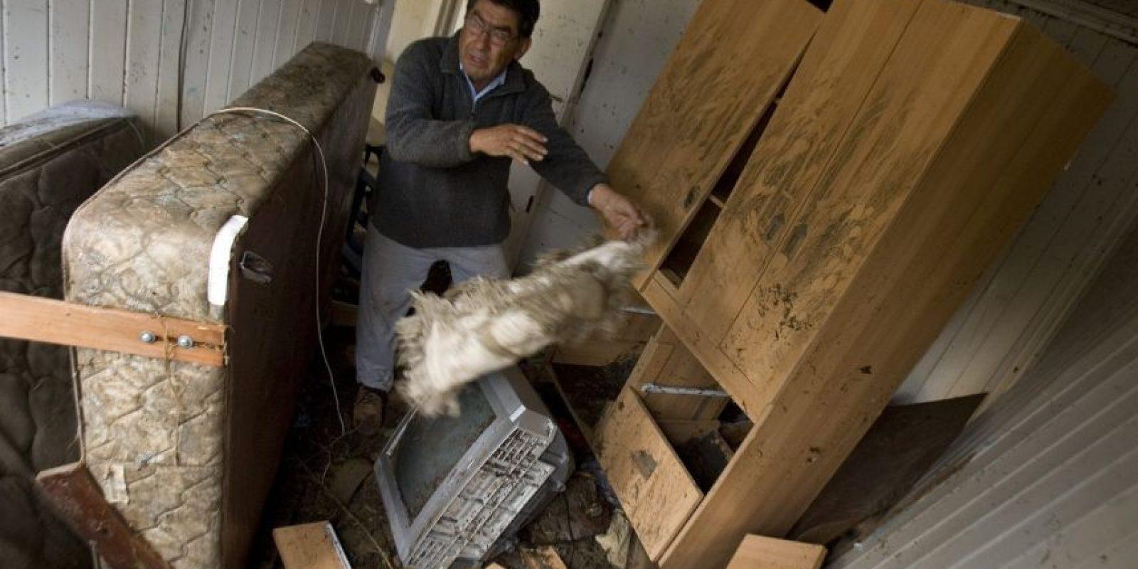 Manuel Campos intentaba rescatar algunas pertenencias de una vivienda destruida el lunes 1 de marzo de 2010, tras el maremoto en la localidad de Dichato, a 475 kilómetros al sur de Santiago (Chile), a raíz del terremoto de 8,8 grados en la escala de Richter que sacudió el sábado 27 de 2010 el centro y sur de Chile. En ese entonces el Gobierno nacional elevó a 723 el número de muertos y fijó en 19 los desaparecidos. Foto:Archivo EFE/Ian Salas