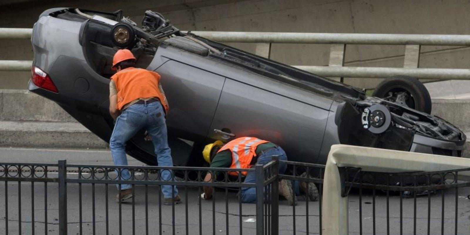 Vista de un auto que cayó sobre una carretera en Concepción, a 515 kilómetros al sur de Santiago (Chile), tras el terremoto de 8,8 grados en la escala de Richter que sacudió el sábado el centro y sur de Chile. Foto:Archivo EFE/Claudio Reyes